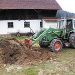Alte Silage aufbreiten mit Holzkpohle, Urgesteinsmeh und effektiven Mikroorganismen