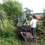 alles im alleingang, erst das ganze Holz schneiden, und auch über den Zaun wuchten und in die Beete einbauen.  Dann die Solage wieder mit der Karre wie auch zu guter Schluss Mutterboden mit der Karre.