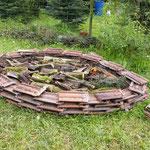 Ziegelbeete die auch mit Todholz aufgebaut wurden