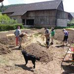 Hier werden die Beete noch mit Stroh bedeckt , das schützt die Erde von der Sonne. So bleibst länger feucht.
