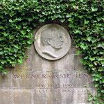 Ernst Werner Siemens, ab 1888 von Siemens, (1816 - 1892) war ein deutscher Erfinder, Begründer der Elektrotechnik und Industrieller.