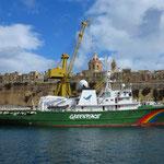 Greenpeace-Schiff Esperanza westlich vor L-Isla, ein Forschungsschiff, mit 72,3 m größtes Schiff der Greenpeace-Flotte