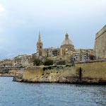 Nordseite von Valletta. Blick auf den Kirchturm von St. Paul's Anglican Cathedral und die Kuppel der Karmeliter-Kirche