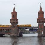Die Oberbaumbrücke verbindet als Teil des Innenstadtrings die Ortsteile Kreuzberg und Friedrichshain über die Spree. Sie ist das Wahrzeichen des Bezirks Friedrichshain-Kreuzberg. Neues Mittelteil von 1992, entworfen von Santiago Calatrava