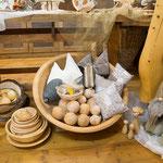 Zirbenschüsseln mit Rinde, Zirbenschüsseln, Zirbenkugeln, Zierkissen, Zirbenkissen, Holzpilze, Betonwichtel (Symbolfoto)