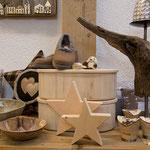 Schalen aus Keramik, Brotdosen aus Zirbe, Zirbensterne, Teelichthalter Birke-Metall (Symbolfoto)