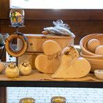 Zirbendose, Brotdosen aus Zirbe, Zirbenherzen, Kerzenständer, Schafe aus Keramik, Zirbenschüsseln, Zirnebkugeln (Symbolfoto)