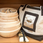 Zirbenschüsseln, Handtasche (Symbolfoto)