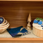 Zirbenschüsseln, Glasteller, Holzdeko gedrechselt,Zirbenbrotdose, Glaskreuz (Symbolfoto)