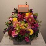 小鳥S入りのフラワーアレンジメント。東京都23区送料無料。目黒区からお届け。