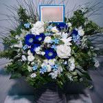 青と白のフラワーアレンジメント。東京都23区送料無料。目黒区からお届け。