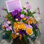 紫と黄色のフラワーアレンジメント。東京都23区送料無料。目黒区からお届け。