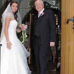Hochzeitfotografie, vor der Kirche Braut mit Braut Vater gehen in der Kirche