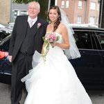 Hochzeitfotografie, vor der Kirche Braut mit Braut Vater