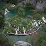 Wir wandern auf Stegen entlang der Wasserfallkaskaden