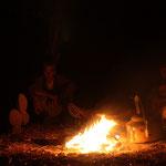 Am Lagerfeuer Geschichten, Hyänen und Löwen lauschen