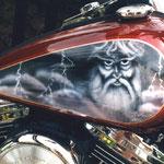 Zeus auf Motorradtank
