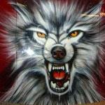 Böser Wolf auf Motorhaube