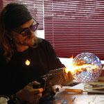 Unser Meister bei der Glasarbeit (siehe auch Glaspunkt Burghausen)