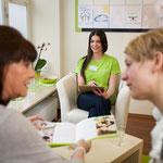 Drei Frauen unterhalten sich über Rückenprobleme