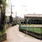 新青梅街道から学校へ続く小道。