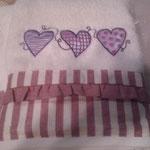 Asciugamano con ricamo disegno cuori
