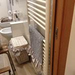 Particolare asciugamano e cestone porta biancheria ricoperto