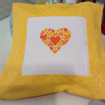 Cuscino con ricamo disegno cuore variante giallo