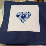 Cuscino con ricamo disegno cuore variante blu