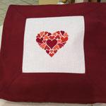 Cuscino con ricamo disegno cuore variante bordeaux