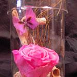 Glas mit gefriergetrockneter Rose