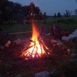 Lagerfeuer unter Sternenhimmel