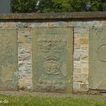 Grabplatten an der alten Klosterkirche Benninghausen.