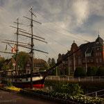Museumsschiff und Rathaus. - Papenburg