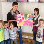 Zum Ende der Ausstellung hat die Gruppe das Gemälde Leichtigkeit geschenkt bekommen.