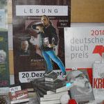 Buchpräsentation im Schaufenster