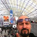 Selfie vor der imposanten Hallenkonstruktion.