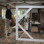 Tischlermeister Mike Gianfelici in seiner Werkstatt • bei der Herstellung eines Rahmens für den Künstler Zsolt S. Deák • von 4,8 x 2,5 Metern Größe