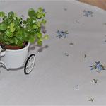 Mitteldecke mit blauen Blumen