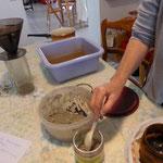 Mélange de l'argile et du fer pour réaliser la pâte d'impression