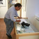 Signature du Livre d'or de l'exposition sur le Chiapas par Mr Yvan Romero, Consul Honoraire du Mexique à Marseille