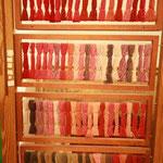 Un aperçu de la belle gamme de teintes obtenues avec la cochenille