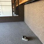 leer bis auf ein paar Schuhe, wem die wohl gehören?