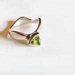 Bague de fiançailles Unisson or gris et péridot vert