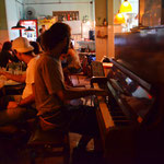 O garçom toca piano
