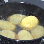 Cozinhe as batatas em água fervente