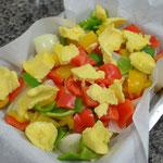 Cubra os filés com os pimentões, a cebola e mais manteiga