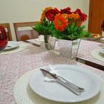 Como era um jantar informal, pode-se deixar os talheres sobre os pratos