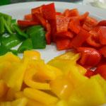 Use os três tipos de pimentões cortados em cubos sem sementes
