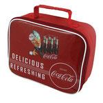 A Bolsa Coca-Cola é uma sacola térmica de PVC e pode ser encontrada na loja Pepper
